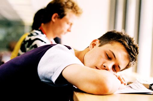 寝ても眠い。日中の急激な眠気は病気のサイン!?ナルコレプシーの症状について