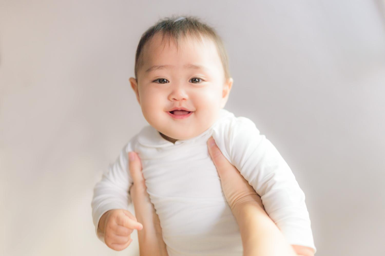 赤ちゃん・高い高い・笑顔