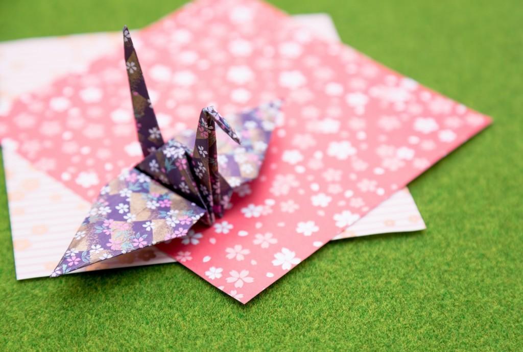 折り紙で作る切り紙花火の切り方!幼稚園や夏祭りの飾りづけにいかが?