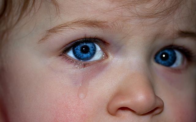 子供・赤ちゃんの目ヤニが多い原因は病気?片目から?色や種類の違いは?