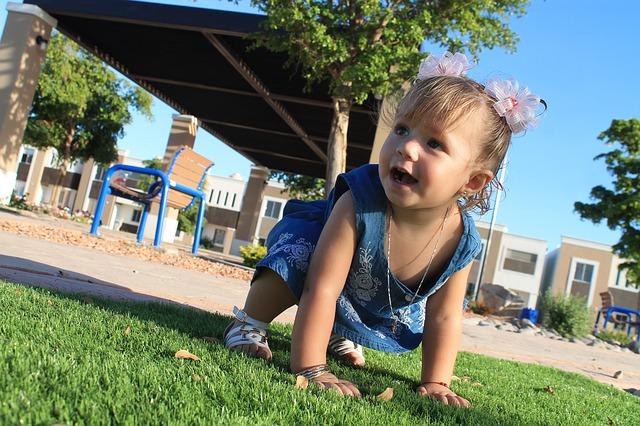 赤ちゃんの利き手が決まる時期はいつ?子供の利き足や利き目の決まり方とは?